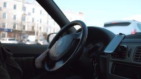 Το χέρι του οδηγού ελέγχει το αυτοκίνητο απόθεμα βίντεο