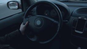 Το χέρι του οδηγού ελέγχει το αυτοκίνητο φιλμ μικρού μήκους