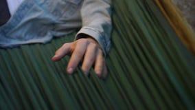 Το χέρι του τύπου είναι στο ύφασμα φιλμ μικρού μήκους