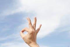 Το χέρι των ατόμων παρουσιάζει το σημάδι ότι όλα είναι λεπτά, εντάξει Στοκ Εικόνες