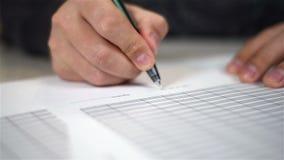 Το χέρι υπογράφει το έγγραφο φιλμ μικρού μήκους