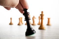 το χέρι φορέων ` s σκακιού κρατά το κομμάτι σκακιού του μαύρου βασιλιά Στοκ φωτογραφίες με δικαίωμα ελεύθερης χρήσης