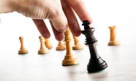 το χέρι φορέων ` s σκακιού κρατά το κομμάτι σκακιού του μαύρου βασιλιά Στοκ εικόνες με δικαίωμα ελεύθερης χρήσης