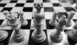 Το χέρι χάρασε, ξύλινα κομμάτια σκακιού που είδαν σε έναν πίνακα σκακιού πληγών ανταγωνισμού Στοκ φωτογραφία με δικαίωμα ελεύθερης χρήσης
