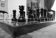 Το χέρι χάρασε, ξύλινα κομμάτια σκακιού που είδαν σε έναν πίνακα σκακιού πληγών ανταγωνισμού Στοκ εικόνες με δικαίωμα ελεύθερης χρήσης
