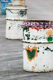 Το χέρι χρωμάτισε τα ανακύκλωσης δοχεία Στοκ Εικόνα
