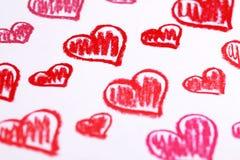 Το χέρι χρωμάτισε τις κόκκινες καρδιές. Αφηρημένο υπόβαθρο ημέρας του βαλεντίνου κιμωλιών κρητιδογραφιών Στοκ Εικόνες