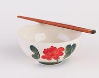 Το χέρι χρωμάτισε το κεραμικό κύπελλο σούπας με ξύλινα chopsticks Στοκ Εικόνες