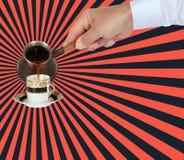 Το χέρι χύνει τον αραβικό καφέ σε ένα φλυτζάνι από το τουρκικό δοχείο, cezve ή ibrik στοκ φωτογραφία