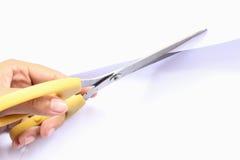 Το χέρι ψαλιδιού έκοψε το άσπρο μέταλλο εγγράφου Στοκ φωτογραφία με δικαίωμα ελεύθερης χρήσης
