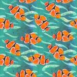 Το χέρι Clownfish χρωμάτισε την απεικόνιση watercolor, άνευ ραφής σχέδιο στην τυρκουάζ ωκεάνια επιφάνεια με τα κύματα διανυσματική απεικόνιση