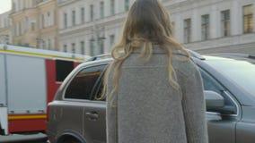 Το χαμογελώντας κορίτσι διασκεδάζει σε μια οδό πόλεων με ένα μπαρόκ κτήριο και τα αυτοκίνητα στην slo-Mo απόθεμα βίντεο
