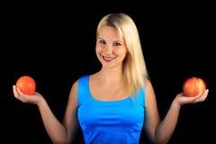 Το χαμογελώντας κορίτσι κρατά στα χέρια Apple και το πορτοκάλι Στοκ εικόνα με δικαίωμα ελεύθερης χρήσης