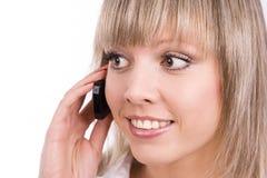 Το χαμογελώντας κορίτσι μιλά στο κινητό τηλέφωνο Στοκ Φωτογραφίες