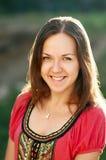 Το χαμογελώντας κορίτσι στέκεται υπαίθριο Στοκ Εικόνα