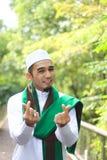 Το χαμογελώντας μουσουλμανικό άτομο παρουσιάζει χειρονομία αγάπης Στοκ Φωτογραφίες