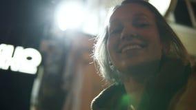 Το χαμογελώντας όμορφο κορίτσι εξετάζει επάνω τη φωτεινή πινακίδα έπειτα κάτω στη κάμερα bay bridge ca francisco night san time Φ απόθεμα βίντεο