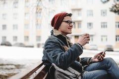 Το χαμογελώντας hipster άτομο πίνει τον καφέ υπαίθριο Στοκ φωτογραφίες με δικαίωμα ελεύθερης χρήσης