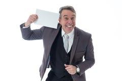 Το χαμογελώντας άτομο παρουσιάζει μια εργασία για να παρεμβάλει το περιεχόμενο διαφήμισης exec στοκ φωτογραφία