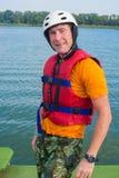 Το χαμογελώντας άτομο, wakeboarder θέτει για τη κάμερα στο υπόβαθρο ο Στοκ εικόνα με δικαίωμα ελεύθερης χρήσης