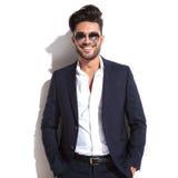 Το χαμογελώντας επιχειρησιακό άτομο που κρατά δικούς του παραδίδει την τσέπη Στοκ φωτογραφία με δικαίωμα ελεύθερης χρήσης