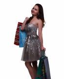 Το χαμογελώντας κορίτσι κρατά τα πακέτα αγορών Στοκ Φωτογραφίες