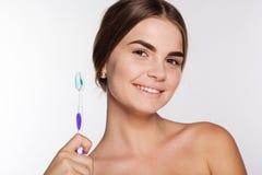 Το χαμογελώντας κορίτσι κρατά τη βούρτσα με την οδοντόπαστα Στοκ φωτογραφία με δικαίωμα ελεύθερης χρήσης