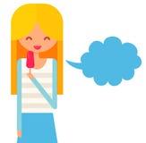 Το χαμογελώντας κορίτσι με την ξανθή τρίχα τρώει το παγωτό και Στοκ Εικόνες
