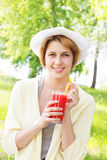 Το χαμογελώντας κορίτσι πίνει το χυμό Στοκ φωτογραφίες με δικαίωμα ελεύθερης χρήσης
