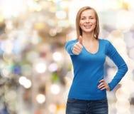 Το χαμογελώντας κορίτσι στην παρουσίαση περιστασιακών ενδυμάτων φυλλομετρεί επάνω Στοκ Εικόνα