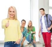 Το χαμογελώντας κορίτσι στην παρουσίαση περιστασιακών ενδυμάτων φυλλομετρεί επάνω Στοκ Εικόνες