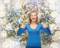 Το χαμογελώντας κορίτσι στην παρουσίαση περιστασιακών ενδυμάτων φυλλομετρεί επάνω Στοκ φωτογραφία με δικαίωμα ελεύθερης χρήσης