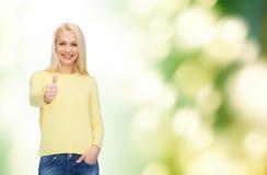 Το χαμογελώντας κορίτσι στην παρουσίαση περιστασιακών ενδυμάτων φυλλομετρεί επάνω Στοκ εικόνες με δικαίωμα ελεύθερης χρήσης