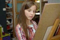 Το χαμογελώντας νέο κορίτσι καλλιτεχνών σύρει στοκ εικόνες