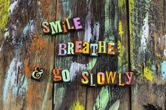 Το χαμόγελο αναπνέει πηγαίνει αργά χαλαρώνει το όνειρο εστίασης θεωρεί στοκ εικόνες