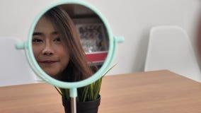Το χαμόγελο γυναικών ομορφιάς makeup και φαίνεται καθρέφτης απόθεμα βίντεο