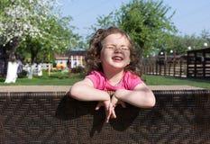 Το χαμόγελο μικρών κοριτσιών και έχει ένα sunbath Στοκ εικόνες με δικαίωμα ελεύθερης χρήσης