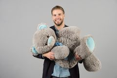 Το χαμόγελο φαλλοκρατών με γκρίζο teddy αντέχει Ευτυχές μεγάλο ζωικό παιχνίδι ατόμων Χαμόγελο ατόμων με το μεγάλο ζωικό παιχνίδι  Στοκ φωτογραφία με δικαίωμα ελεύθερης χρήσης