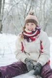 Το χαμόγελο κοριτσιών και χαίρεται για το χειμερινό πάρκο Στοκ Φωτογραφία