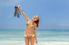 το χαμόγελο κοριτσιών με κολυμπά με αναπνευτήρα Στοκ Φωτογραφία