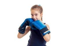 Το χαμόγελο μικρών κοριτσιών και το κράτημα παραδίδουν τα μεγάλα ενήλικα εγκιβωτίζοντας γάντια κοντά στα άτομα Στοκ εικόνες με δικαίωμα ελεύθερης χρήσης