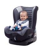 Το χαμόγελο μωρών χαμόγελου και κρατά το χρηματοκιβώτιο στο κάθισμα αυτοκινήτων Στοκ φωτογραφία με δικαίωμα ελεύθερης χρήσης