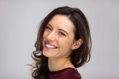 Το χαμόγελο προσώπου γυναικών, κλείνει επάνω το γκρίζο υπόβαθρο Στοκ Εικόνες