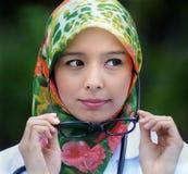 Το κορίτσι μαντίλι κρατά τα γυαλιά Στοκ Εικόνα