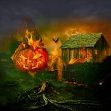 Το χαμόγελο χάρασε την κολοκύθα αποκριών φαναριών του Jack Ο που καίει το συχνασμένο σπίτι Στοκ Εικόνα