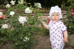 Το χαμόγελο όμορφο λίγο κορίτσι παιδιών με το λουλούδι αυξήθηκε Στοκ φωτογραφία με δικαίωμα ελεύθερης χρήσης