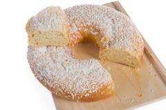 Το χαρακτηριστικό επιδόρπιο πουφαγώθηκε στην Ισπανία για να γιορτάσει το κέικ Epiphany, κέικ βασιλιάδων, galette des rois έκοψε έ στοκ εικόνες με δικαίωμα ελεύθερης χρήσης