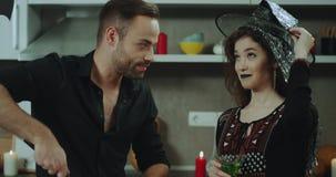 Το χαρισματικές άτομο και η κυρία στο κόμμα αποκριών έχουν έναν μεγάλο χρόνο μαζί, χαμογελώντας, αυτή που πίνουν ένα κοκτέιλ και  φιλμ μικρού μήκους