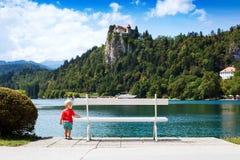 Το χαριτωμένο αγόρι παιδιών στο καλοκαίρι στη λίμνη αιμορράγησε και αιμορράγησε το BA του Castle Στοκ εικόνα με δικαίωμα ελεύθερης χρήσης