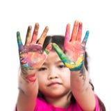 Το χαριτωμένο ασιατικό κορίτσι παιδιών με τα χέρια χρωμάτισε στο ζωηρόχρωμο χρώμα Στοκ φωτογραφία με δικαίωμα ελεύθερης χρήσης